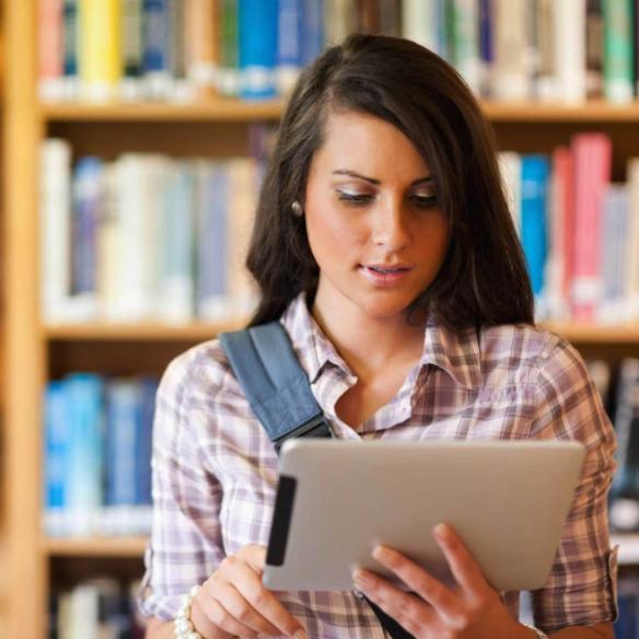 etudiante fille ipad bibliotheque livres brune